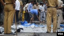 Pihak berwenang di India memeriksa puing-puing ledakan di Opera House, Mumbai, salah satu lokasi serangan dari tiga ledakan bom hari Rabu (13/7).