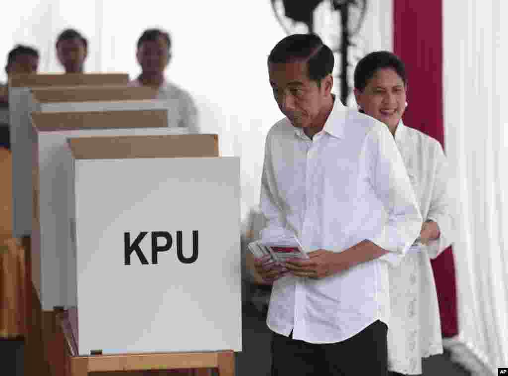 رئیس جمهوری اندونزی و همسرش در انتخابات در این کشور شرکت می کنند. اندونزی با ۲۱۰ میلیون نفر، بزرگترین کشور مسلمان در جهان است.