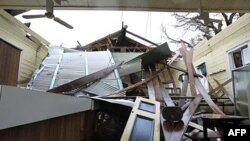 Thư viện của một cộng đồng nhỏ ở Cardwell, Australia, bị mưa lớn và gió to của bão Yasi làm sập, ngày 4 tháng 2, 2011