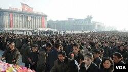 Ribuan warga Korut memperingati HUT ke-70 mendiang Kim Jong-Il di lapangan Kim Il-sung, Pyongyang (16/2).