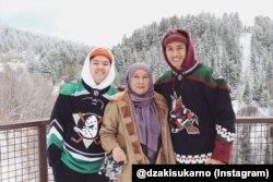 Dzaki bersama adik laki-laki dan ibunya.