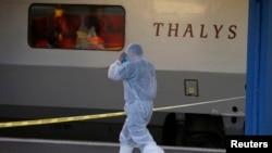 Un policier français en combinaison de protection se prépare à monter dans le TGV à Arras, France, 21 aout 2015.