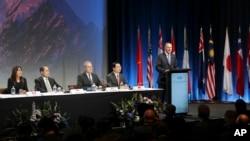 ນາຍົກລັດຖະມົນຕີ ນິວຊີແລນ ທ່ານ John Key (ຂວາ) ກ່າວຖະແຫລງ ຕໍ່ບັນດາຄະນະຜູ້ແທນ ຢູ່ທີ່ການລົງນາມ ຂໍ້ຕົກລົງ ພາຄີຂ້າມມະຫາສະມຸດປາຊີຟິກ ຫຼື TPP ໃນນະຄອນ Auckland ຂອງປະເທດນິວຊີແລນ, ວັນທີ 4 ກຸມພາ 2016.