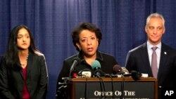 La fiscal general, Loretta Lynch, acompañada del alcalde de Chicago, Rahm Emanuel, señala que el reporte reveló varias fallas en el departamento de policía de la ciudad que constituyen serias violaciones a los derechos civiles.