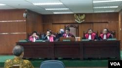 Mantan Deputi Gubernur Bank Indonesia Budi Mulya dalam sidang perdana Pengadilan Tindak Pidana Korupsi untuk kasus Bank Century (6/3). (VOA/Andylala Waluyo)