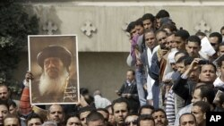 Các tín đồ đứng xem đám tang của Giáo chủ Shenouda III tại Cairo, Ai Cập, ngày 20/3/2012