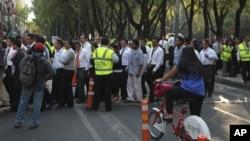 Los residentes en ciudad de México regresan a sus labores tras ser evacuados debido al temblor en Michoacán.
