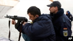 聯軍安全部隊正在訓練阿富汗隊員。