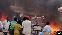 Asap membubung setelah ledakan bom di terminal bus di Jos, Nigeria, Selasa (20/5). (AP/Stefanos Foundation)