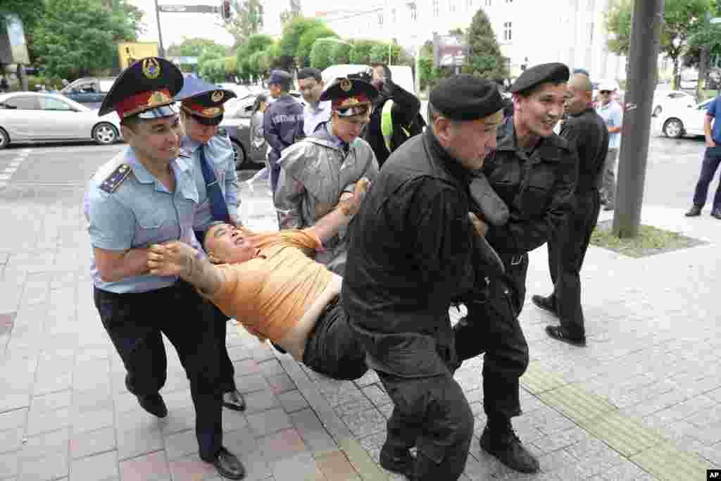 همزمان با انتقال قدرت از نظربایف به رئیس جمهوری جدید قزاقستان، در روز انتخابات، بیش از پانصد نفر بازداشت شدند.