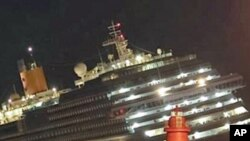 ພວກຜູ້ຊ່ອຍກູ້ໄພພາກັນດໍາເນີນງານຢູ່ອ້ອມກໍາປັ່ນ Costa Concordia ຫລັງຈາກແລ່ນໄປຄາໂຫງ່ນຫິນ ຢູ່ນອກຝັ່ງທະເລ ເກາະ Isdel Giglio ອີຕາລີ. ວັນທີ 16 ມັງກອນ 2012.