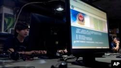 北京一家网吧的电脑屏幕上显示中国警方对网民使用互联网的规定.(资料照片)