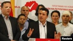 Arhiva - Lider SDSM, Zoran Zaev (centar) i članovi njegove partije na konferenciji za štampu sa vidnim povredama zadobijenim dan ranije prilikom upada demonstranata u zgradu Sobranja u Skoplju, Makedonija, 28. aprila 2017.