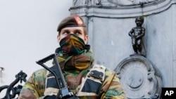 "Seorang tentara angkatan darat Belgia berjada di depan patung ""Manneken Pis"" di Brussels, Belgium (Foto: dok). Brussels masih dalam keadaan siaga terror setelah serangan di bandara dan kereta api bawah-tanah beberap[a waktu yang lalu."