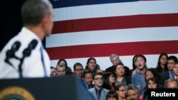 Những người chống việc trục xuất hô các khẩu hiệu phản đối Tổng thống Hoa Kỳ Barack Obama (trái) khiến ông phải tạm ngừng trong khi nói về vấn đề cải cách di trú ở San Francisco hôm 25/11/13