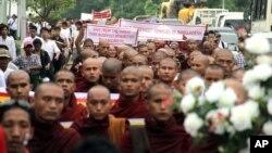 Ratusan Biksu melakukan unjuk rasa di Rangoon, Burma, memprotes kekerasan atas umat Budha di Bangladesh (8/10).