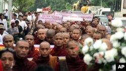 Tăng sĩ Phật giáo tuần hành qua các con đường ở Rangoon, Miến Điện phản đối người Hồi giáo đốt chùa và đốt ít nhất 10 ngôi chùa và 40 căn nhà của các tín đồ Phật giáo