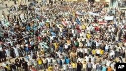 大批民眾參與反對派領袖葬禮。