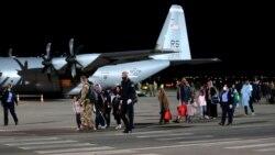 Ljudi koji su evakuisani iz Afganistana stižu na međunarodni aerodrom u Prištini, Kosovo, 29. augusta 2021. godine.