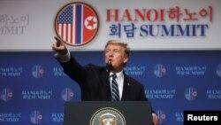 صدر ٹرمپ ہنوئی میں نیوز کانفرنس سے خطاب کر رہے ہیں