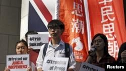 Pemimpin siswa Joshua Wong (tengah) dan anggota lainnya kelompok Scholarism memprotes hilangnya penjual buku Hong Kong di luar konsulat Inggris di Hong Kong, 6 Januari 2016.