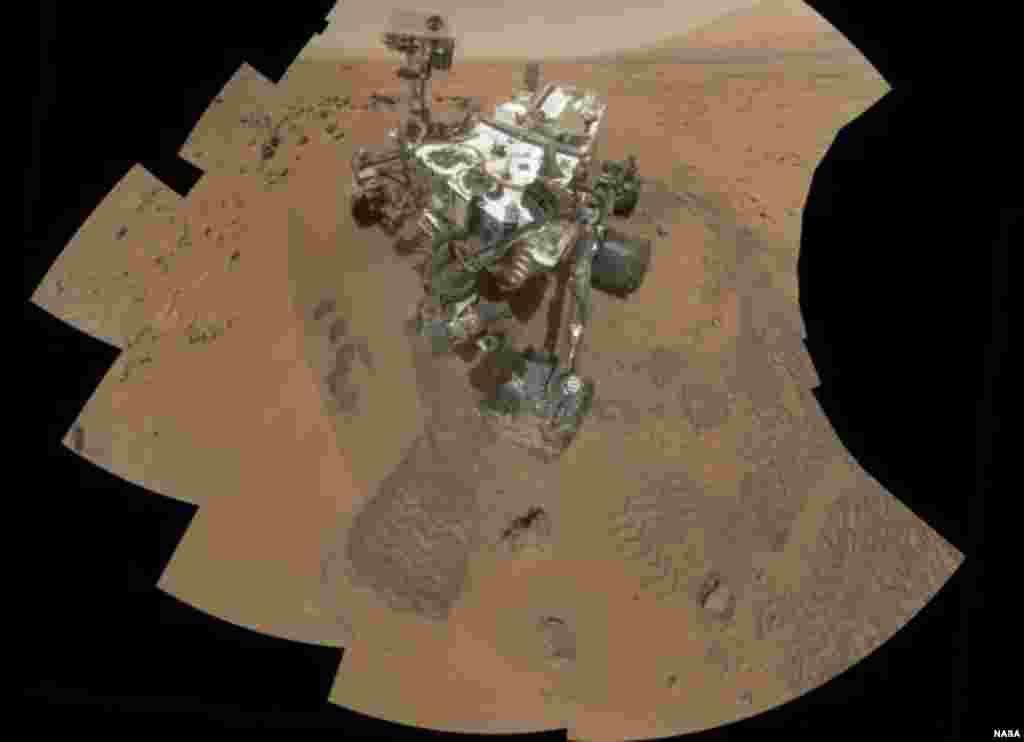 این تصویر محل کاوش مریخ نورد «کيورياسيتی» يا «کنجکاوی» بر روی مریخ را نشان می دهد. اولین آزمایش خاک مریخ توسط کيورياسيتی هیچ شواهد قطعی از وجود مواد شیمیایی مورد نياز برای حمایت از زندگی را نشان نداد. (عکس از ناسا)