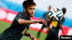 Cầu thủ Brazil Neymar, một trong những hậu vệ hàng đầu thế giới, tập dượt một ngày trước trận đấu khai mạc World Cup giữa Brazil và Croatia, 11/6/14
