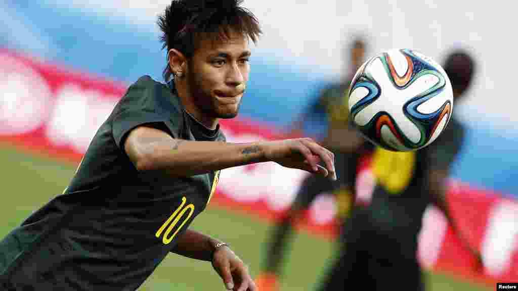 2014 브라질 월드컵 개막전인 브라질과 크로아티아의 경기를 하루 앞둔 11일, 브라질 대표팀의 네이마르 선수가 훈련 중이다.