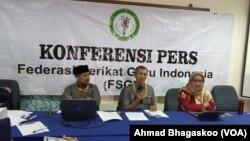 Dari kiri ke kanan: Wakil Sekjen FSGI, Satriawan Salim, Sekjen FSGI Hru Purnomo, Ketua Dewan Pengawas FSGI Retno Listyarti. (Foto: VOA/Ahmad Bhagaskoro)