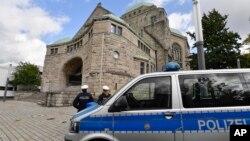 총격사건이 발생한 독일 할레에 있는 유대교 회당 앞에서 10일 경찰이 보초를 서고 있다.