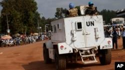 Binh sĩ gìn giữ hòa bình của Liên Hiệp Quốc bảo vệ đường phố quanh đền thờ Hồi giáo Koudoukou ở Bangui, Cộng hòa Trung Phi.