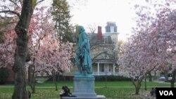 Suasana di kampus Universitas Rutgers, di kota New Brunswick, New Jersey. pada musim semi (foto: dok.).
