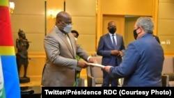 Notama ya Amerika na Kinshasa Mike Hammer (D) apesi président Félix Tshisekedi mokanda ya président Joe Biden na Kinshasa, RDC, 4 mars 2021. (Twitter/Présidence RDC)