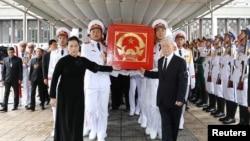 Tổng bí thư Nguyễn Phú Trọng (phải), Chủ tịch Quốc hội Nguyễn Thị Kim Ngân (trái) và các binh sỹ đưa quan tài của cố Chủ tịch Trần Đại Quang ra khỏi nhà tang lễ quốc gia ở Hà Nội hôm 27/9.