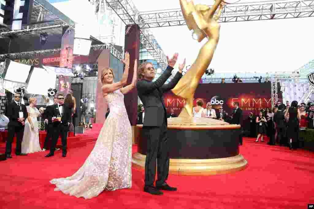 فلیسیتی هافمن بازیگر ۵۳ ساله و ویلیام اچ میسی بازیگر فیلم خوکهای وحشی در کنار نماد مراسم امی