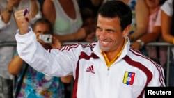 """Henrique Capriles pidió a los venezolanos que acudan en """"avalancha"""" a las urnas luego de emitir su voto."""