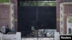 Seorang polisi berjaga di dekat pintu gerbang penjara di kota Bannu, barat laut Pakistan, 16 April 16, 2012 (Foto: dok). Pakistan membebaskan tujuh orang tahanan Taliban untuk menfasilitasi proses perdamaian untuk mencapai resolusi politik dalam perang dengan Afghanistan (7/9).