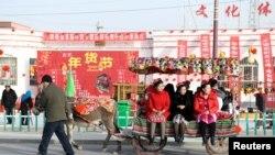 新疆維吾爾自治區巴音郭楞蒙古自治州的婦女2019年1月31日趕集。