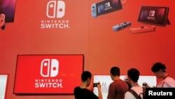 在中國上海舉行的中國數字娛樂博覽會任天堂Nintendo Switch展位上的參觀者。 (2019年8月2日)