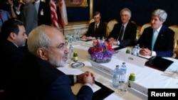 Menlu Iran Mohammad Javad Zarif (kiri) bertemy Menlu AS John Kerry (kanan) dalam perundingan nuklir babak sebelumnya di Wina, Austria (foto: dok).
