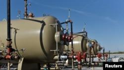 រូបឯកសារ៖រោងចក្រផលិតប្រេងមួយក្រោមកម្មសិទ្ធិរបស់ក្រុមហ៊ុនOasis Petroleum នៅរដ្ឋតិចសាសសហរដ្ឋអាមេរិក។