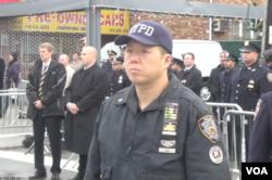 一名华裔警察送别刘文健(视频截图 美国之音方冰拍摄)