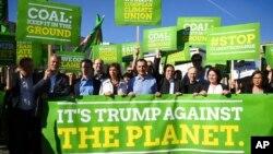 지난 2일 독일 총선을 앞두고 베를린의 미국 대사관 앞에서 녹색당 후보들이 파리기후변화협정을 탈퇴한 도널드 트럼프 미국 행정부에 항의하는 시위를 벌이고 있다.