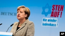 Kanselir Jerman Angela Merkel dalam demonstrasi menentang sikap anti-Yahudi, Minggu, 14 September 2014.