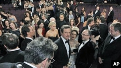 Colin Firth (C) is seen with his Oscar for best performance by an actor in a leading role for 'The King's Speech' at the conclusion of the 83rd Academy Awards in the Hollywood section of Los Angeles, California, Feb. 27, 2011 (file photo)