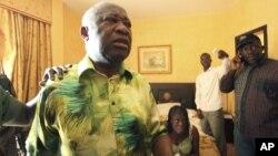 ທ່ານ Laurent Gbagbo ອະດີດປະທານາທິ ບໍດີຂອງ Ivory Coast ແລະພັນລະຍາຂອງທ່ານ, ທ່ານນາງ Simone, ປະກົດຕົວ ໂດຍຢູ່ໃຕ້ການຄຸມຕົວຂອງກໍາລັງຮັກສາຄວາມສະຫງົບ ທີ່ຈົງຮັກພັກດີຕໍ່ປະທານາທິບໍດີ Alassane Ouattara ຜູ້ຊະນະການເລືອກຕັ້ງປະທານາທິບໍດີ, ທີ່ໂຮງແຮມ Golf Hotel ໃນນະຄອນ Abidjan ຂອງ Ivory Coast ໃນວັນທີ 11 ເມສາ, 2011.