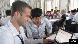 សិក្ខាកាមនៅក្នុងកម្មវិធី TechCamp Phnom Penh រៀនអំពី ការប្រើ Social Media នៅសកលវិទ្យាល័យន័រតុន នៅក្រុងភ្នំពេញ។ ដោយ៖ គុណ ចិន្តា