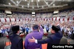 """Dari kiri: Cawapres Sandiaga Uno, mantan Presiden SBY, dan Prabowo Subianto menyalami ribuan pendukungnya yang menghadiri Pidato Kebangsaan """"Indonesia Menang"""" di JCC, Senayan, Jakarta, Senin (14/1) (Courtesy: Prabowo-Sandi Media Center)"""