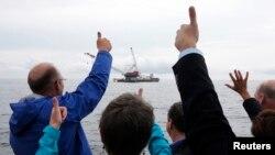 Acara peresmian dimulainya pembangunan turbin angin pertama AS di Samudra Atlantik, dekat Pulau Block, sebuah daerah wisata di negara bagian Rhode Island, Senin (27/7).