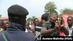 Une foule manifeste contre les attaques répétées dans la région de Beni, à Beni dans la province du Nord-Kivu, 3 janvier 2014.
